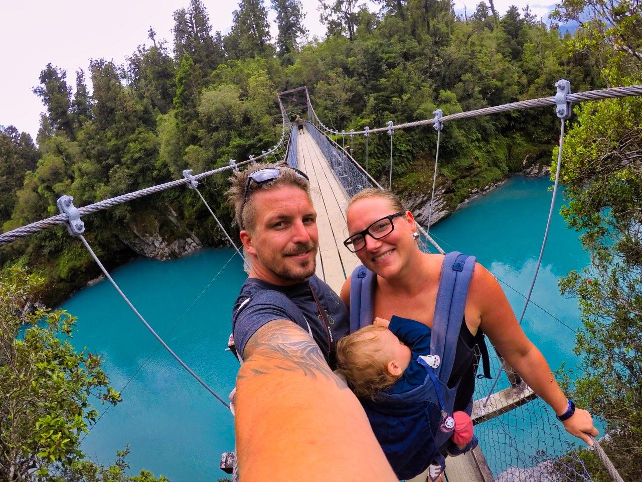 Hokitika-Gorge-Swingbrigde-selfie-Tabea-Sandy-Sebastian