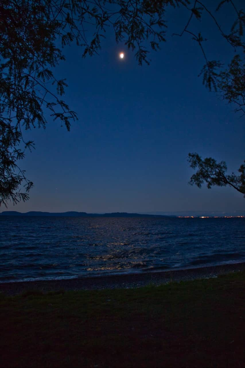 Lake-Taupo-night-Moon-shining
