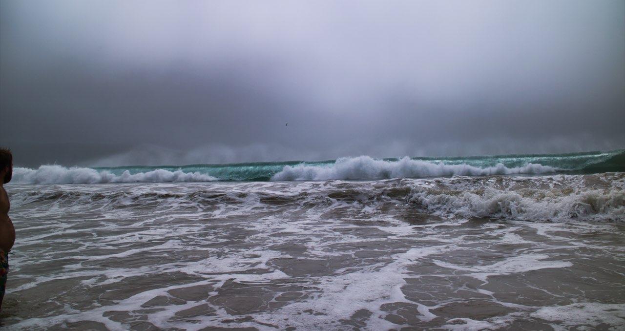 Kasi-zeigt-etwas-Bauch-Curio-Bay-Beach